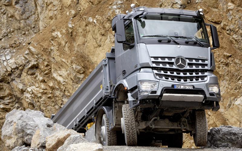 """Kravas automobiļu """"Mercedes-Benz"""" versijas būvniecības nozarei"""